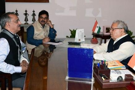 राज्यपाल श्री कलराज मिश्र एक पुष्प या सूत की माला लेंगे सम्मानमें