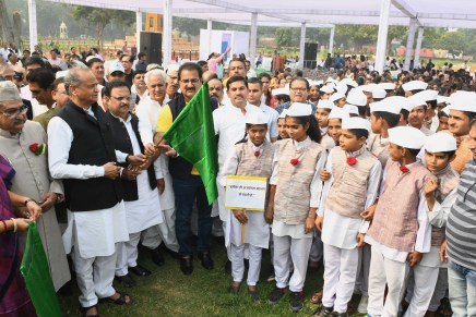 मुख्यमंत्री ने स्कूली बच्चों की रैली को हरी झंडीदिखाई